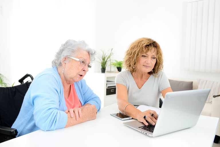 personne-age-chaise-roulante-aide-financiere