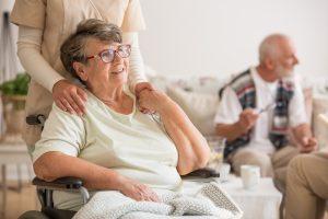 Femme âgée en fauteuil roulant.