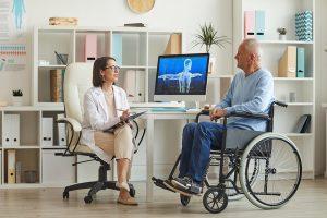 Ergothérapeute discutant avec un patient à mobilité réduite.