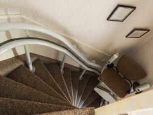 Une chaise d'escalier conforme.